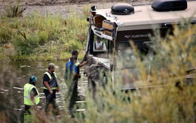 Motorhome towing trailer plunges into Yakima River